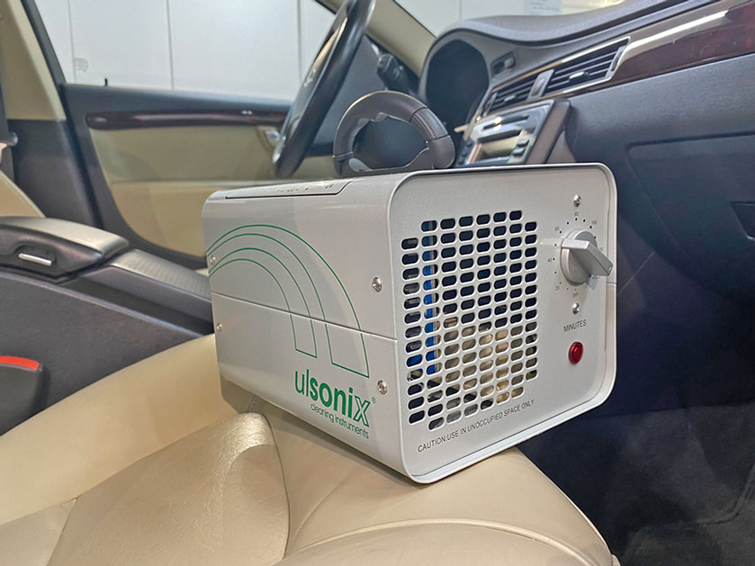 Ulsonix-1-ozongenerator-in-de-Volvo-V70-interieur-voorstoel.jpg