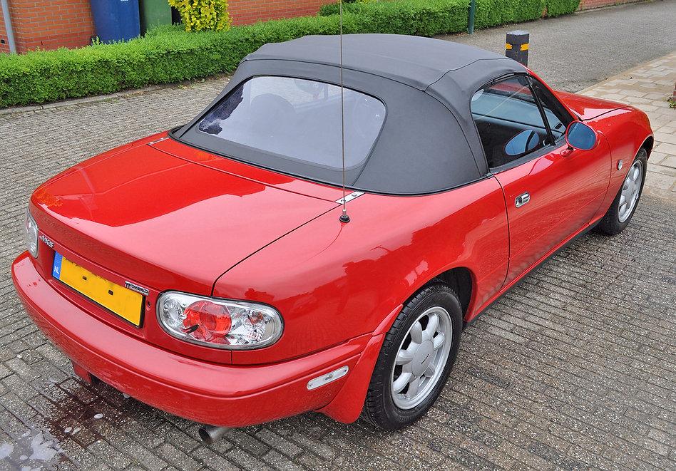 Gepolijst-met-dichte-soft-top-Mazda-MX5-