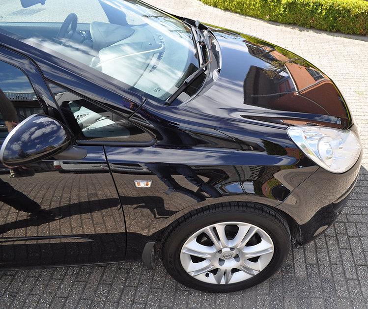 Motorkap Opel Corsa na het polijsten.jpg