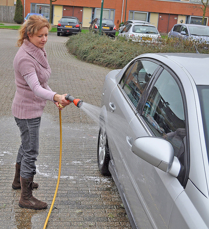Auto-beter-wassen-Marjolijn-spoelt-Opel-