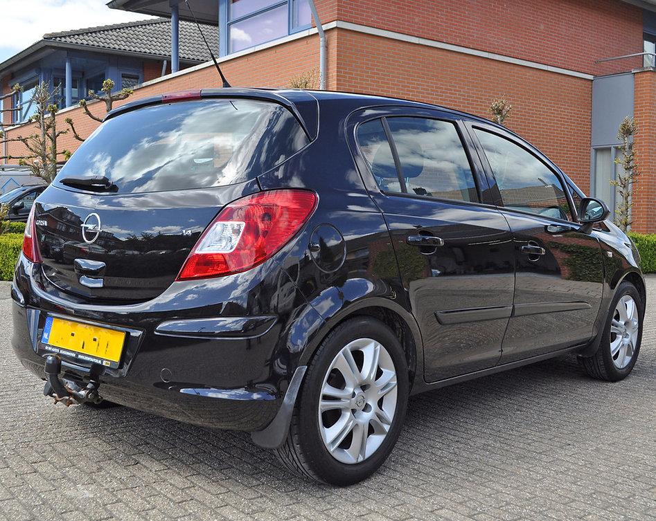Achterzijde Opel Corsa na het polijsten
