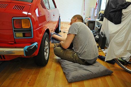 Man poetst auto.JPG