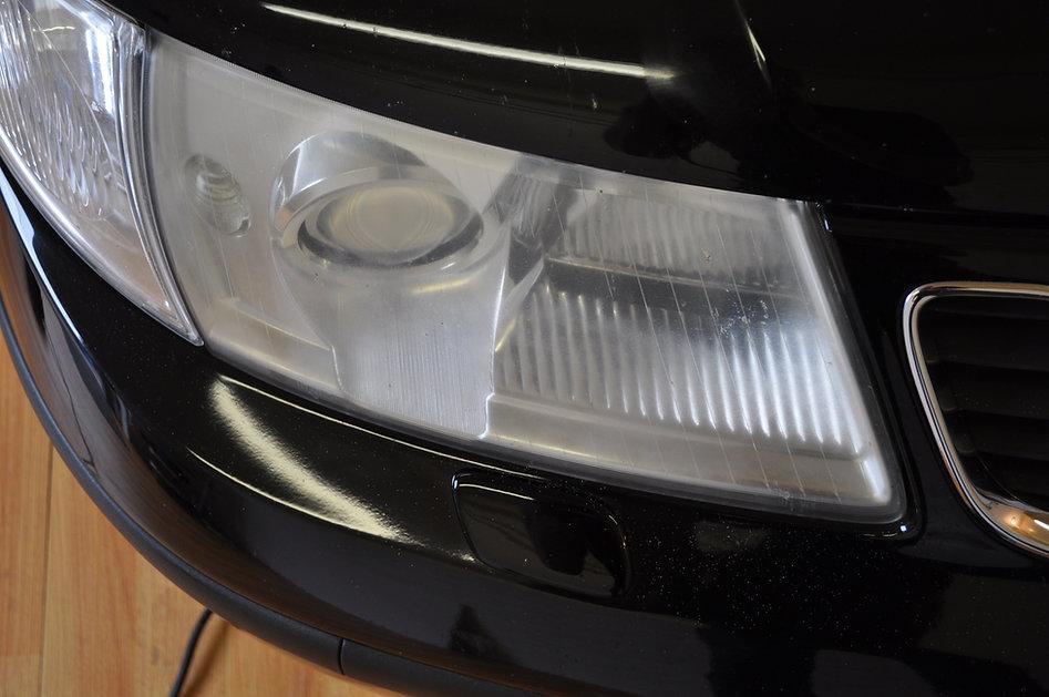 Doffe koplamp op de Saab.JPG