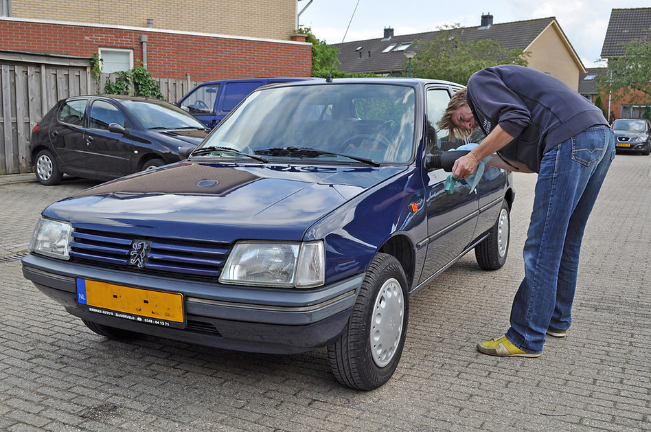 Bas poetst de 19 jaar oude Peugeot 205 v