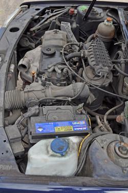 Smerige motorruimte van de 205 aangekoek