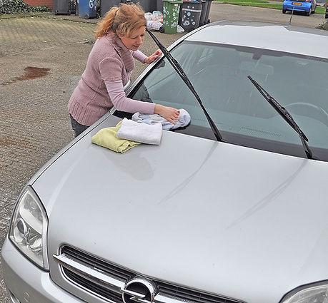 Auto-beter-wassen-Marjolein-droogt-Opel-
