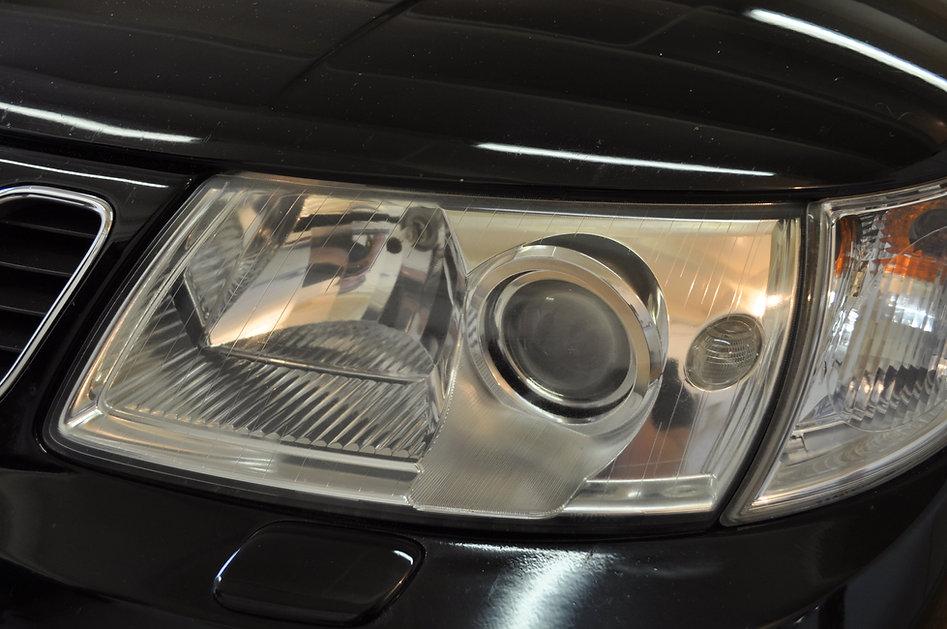 Heldere koplamp op de Saab na het polijs