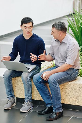 entrepreneur-offering-mentoring-advice-V