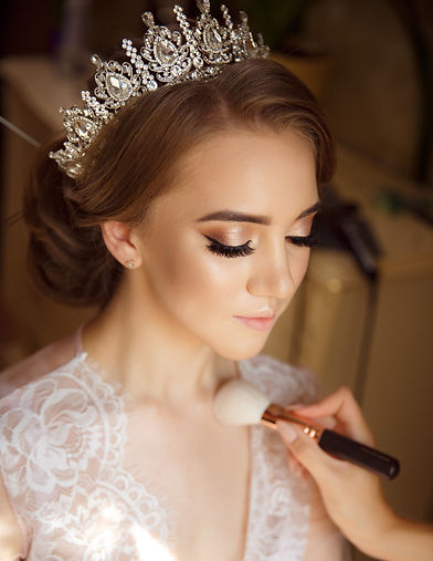 Stylist makes makeup bride on the wedding day_edited.jpg