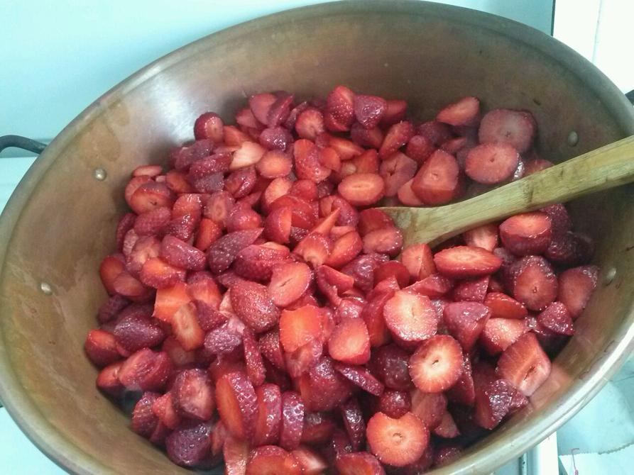 La préparation confiture de fraise