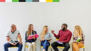 קבוצה של צעירים עם מחברות וספרים