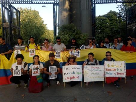 Colombia Humana y líderes realizaron manifestación en Madrid rechazando la posesión de Iván Duque.