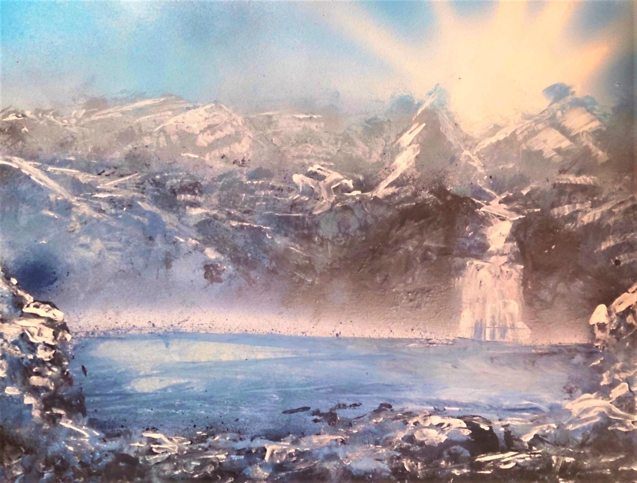 Lac glacé dans la montagne