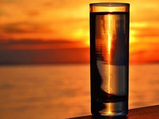 Можно ли и полезно ли пить воду на ночь перед сном? Что даст стакан воды перед сном?