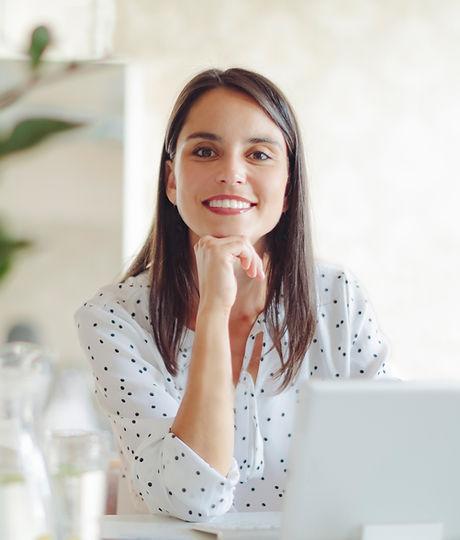 Женщина, работающая в современном офисе