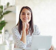 Vrouw die werkt in moderne kantoor