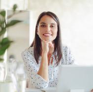 Mujer que trabaja en la oficina moderna
