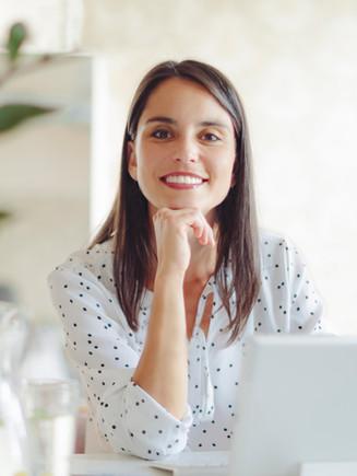 Donna che lavora in ufficio moderno