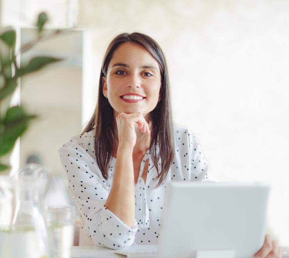 Frau, die im modernen Büro arbeitet