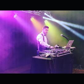 DJ avec pont de lumiere