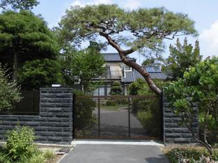 松が映える趣のある門まわり