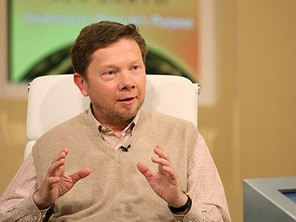24 Inspirational Eckhart Tolle Quotes on Life and Happiness