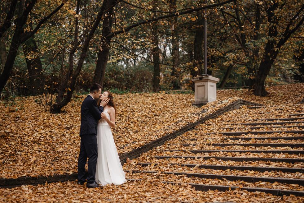 Jesienna-sesja-slubna-w-parku-Czysta-For