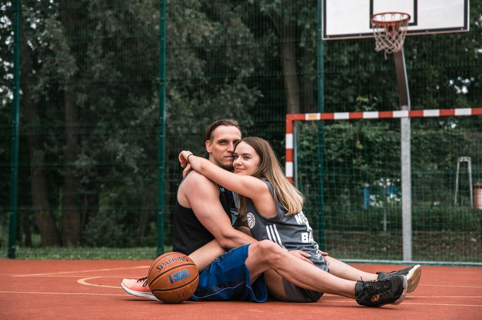 Sesja-narzeczenska-na-boisku-do-koszykow