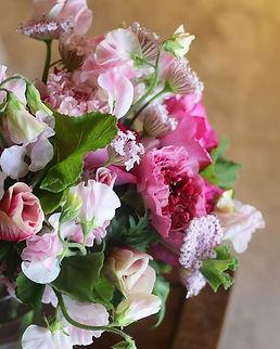 イヴピアジェローズとシャルロットのブーケ。スイートピー、アネモネ。旬の花を束ねて