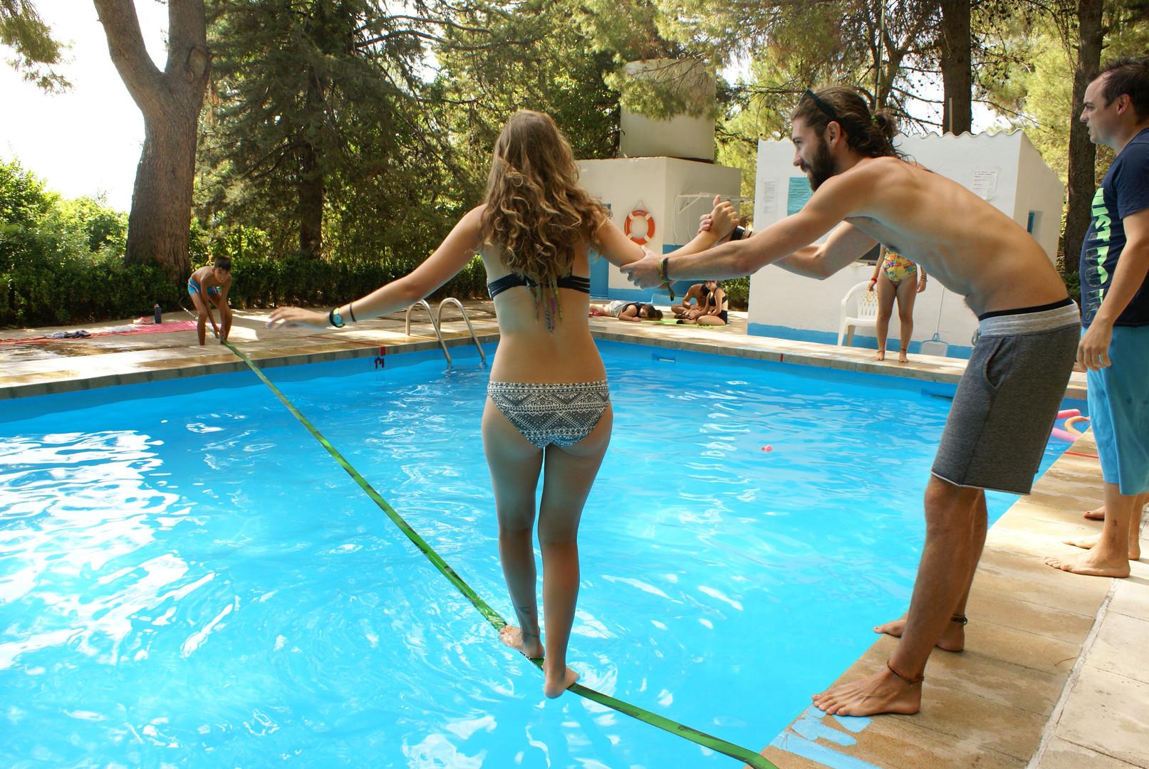 Slack line en piscina