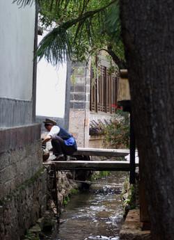 LD lijiang woman water