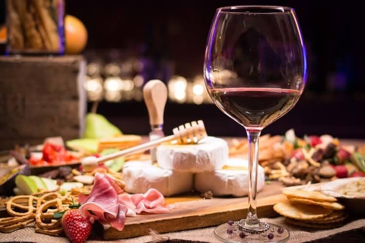 Glas Rotwein mit Käseplatte