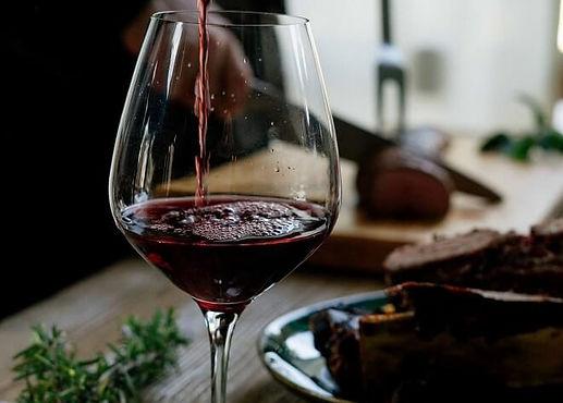 Weinglas, das mit Rotwein aus Südamerika gefüllt wird.