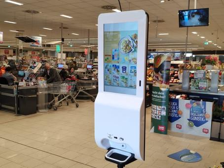 ADDClean: Unser Desinfektionsspender mit Sensor und Display im Supermarkt