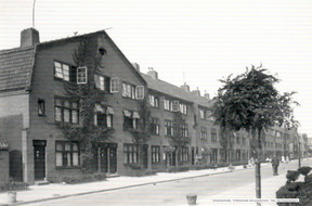 Fokkerstraat met poeptonnen De Huismeesters