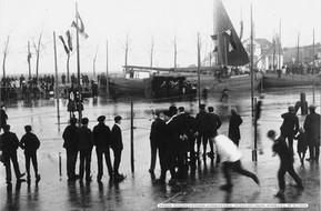 Schaatswedstrijd op het Damsterdiep met orkest 1910