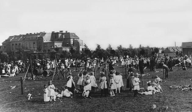 Spelende kinderen achter het verzorgingshuis