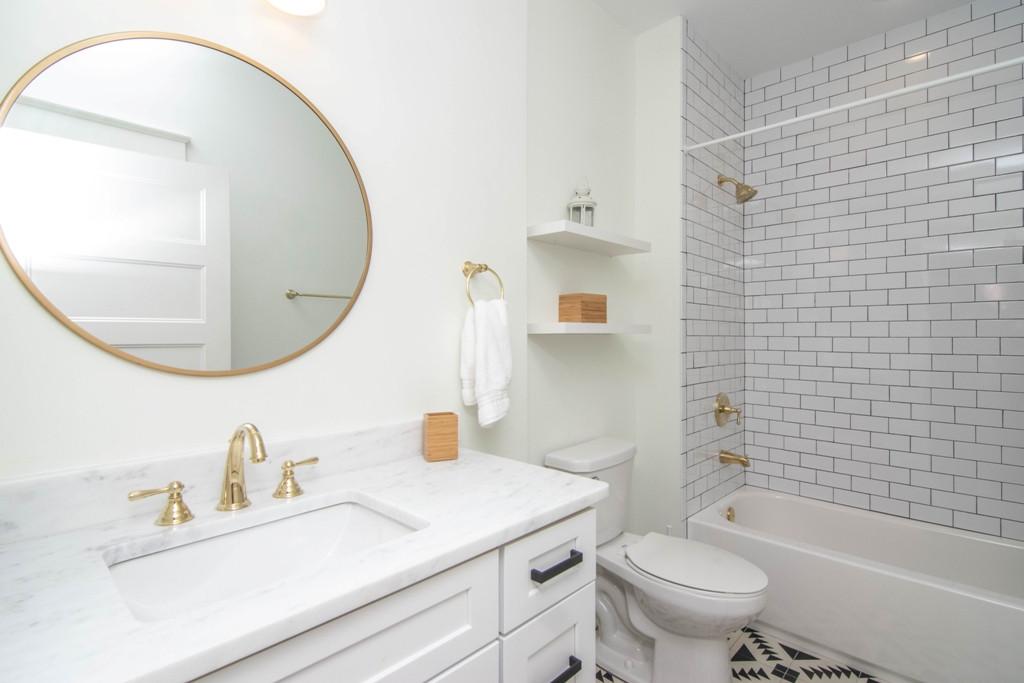 22-Bath W Henry Ave.jpg