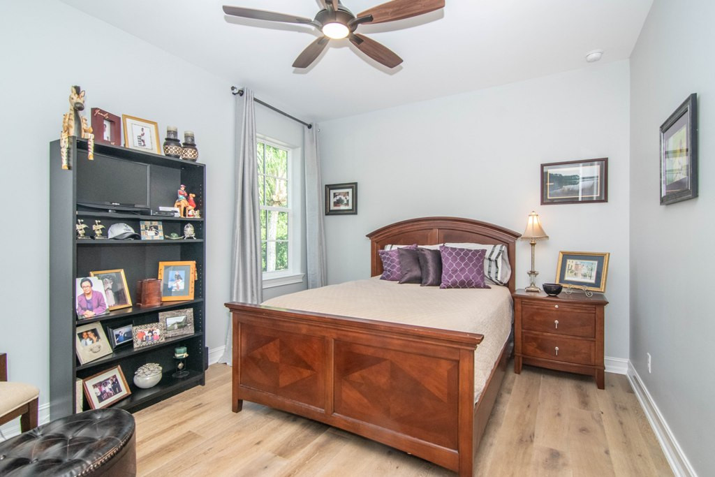 27-Bed W Warren Ave.jpg