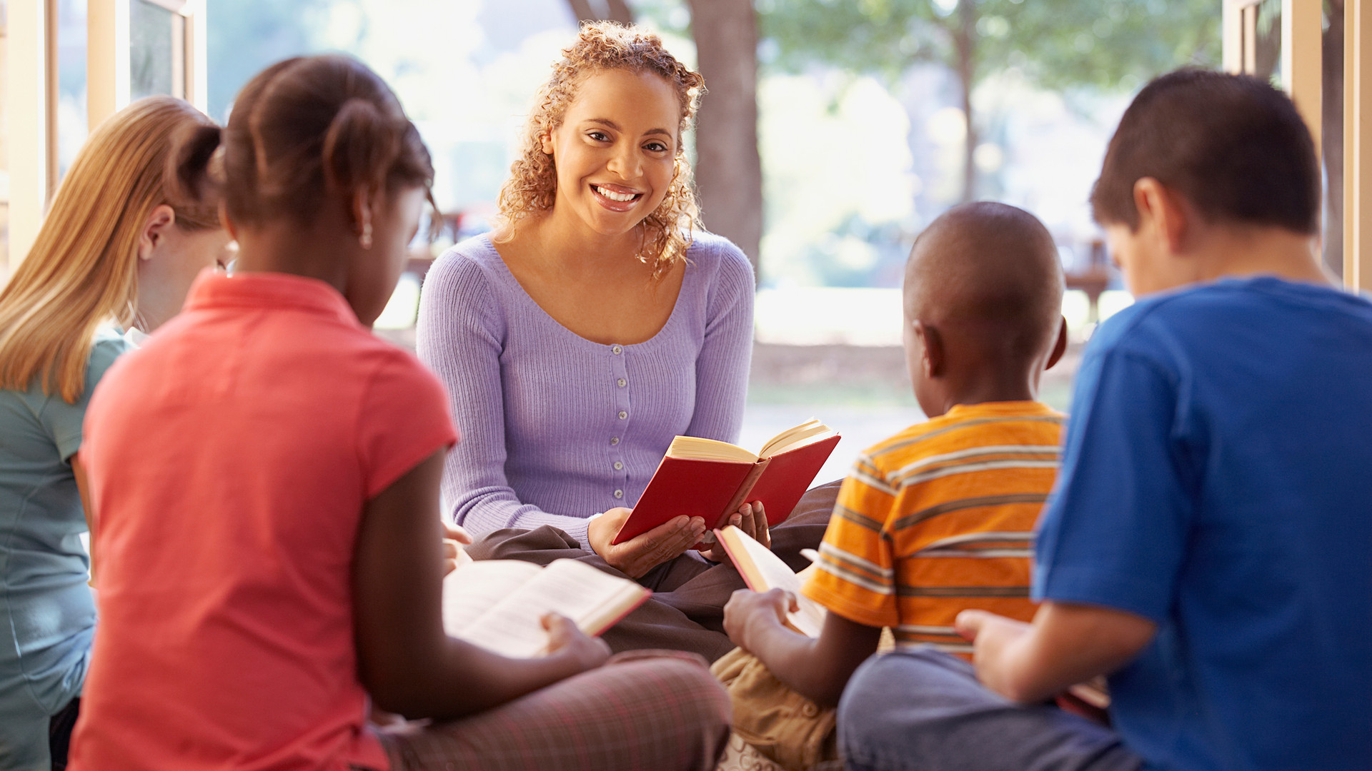 Librarian-reads-aloud-to-a-group-of-chil
