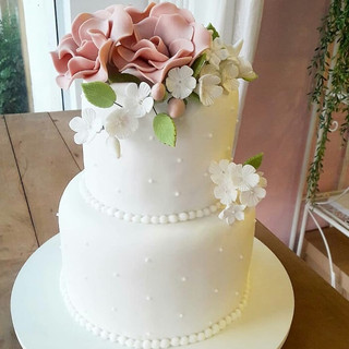 bolo decorado com flores de pasta americana - maria bolo