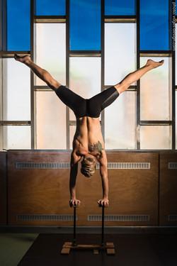 Acrobat-Toffy handstand - Photo: voges-design.com