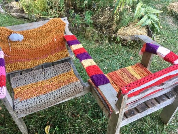 Chaises emballées avec le tricotage Association Marieckou.JPG