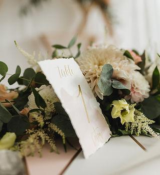 Mariage Vendée en Coulisses sur mesure wedding planner centre de table or et rose