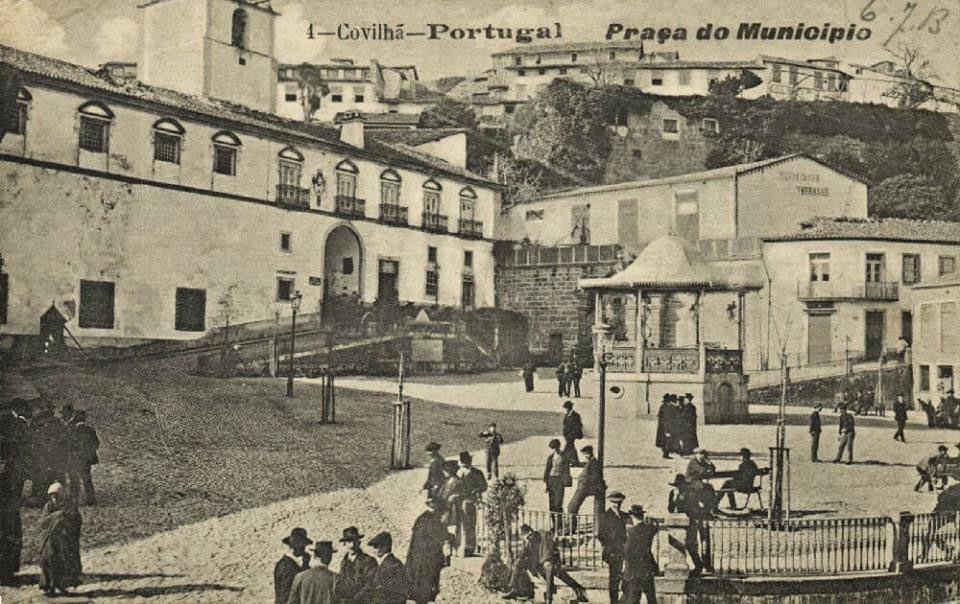 Antiga Praça do Município da Covilhã com coreto e cidadãos no seu dia-a-dia.