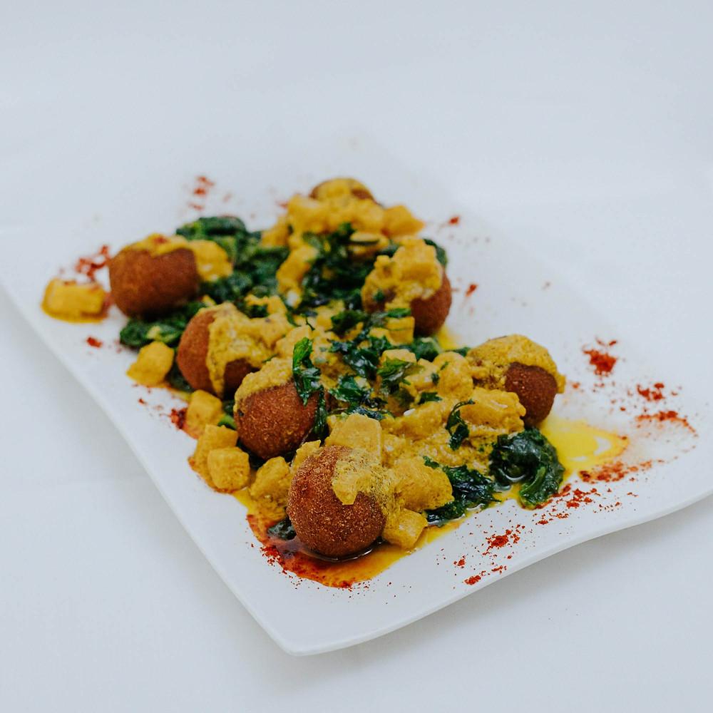 prato com comida colorida amarela e verde almôndegas vegetarianas da casa das muralhas covilhã
