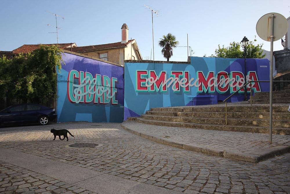 Mural de arte urbana Halfstudio em tons de azul e rosa com a frase cidade flor em ti mora o meu amor festival arte urbana covilhã wool