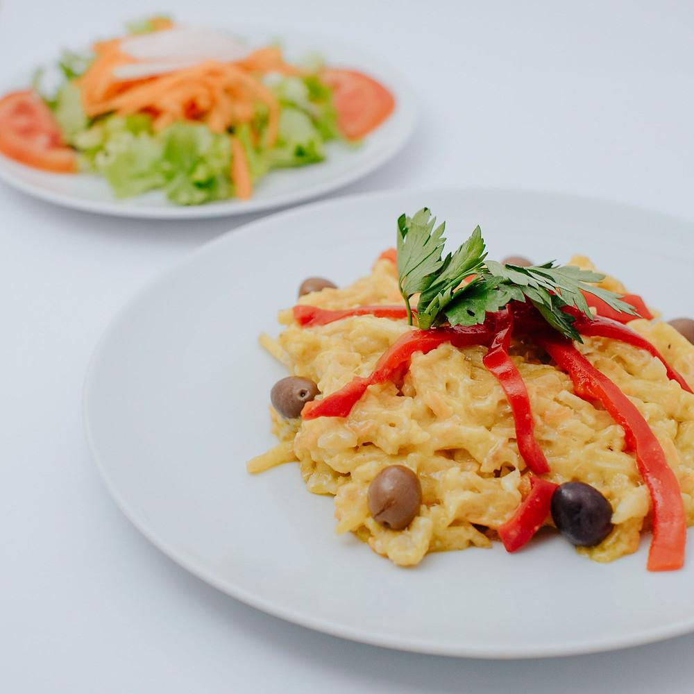 pratos de bacalhau com pimentos e salsa do take away da casa das muralhas covilhã