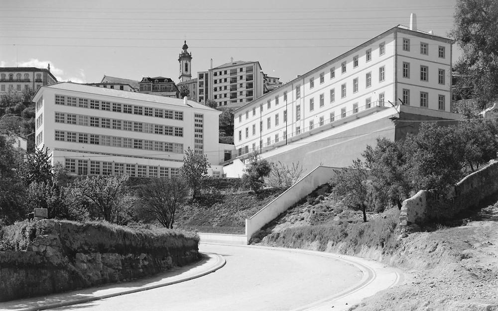 Vista da Escola Industrial Campos Melo na Covilhã, edifícios imponentes.
