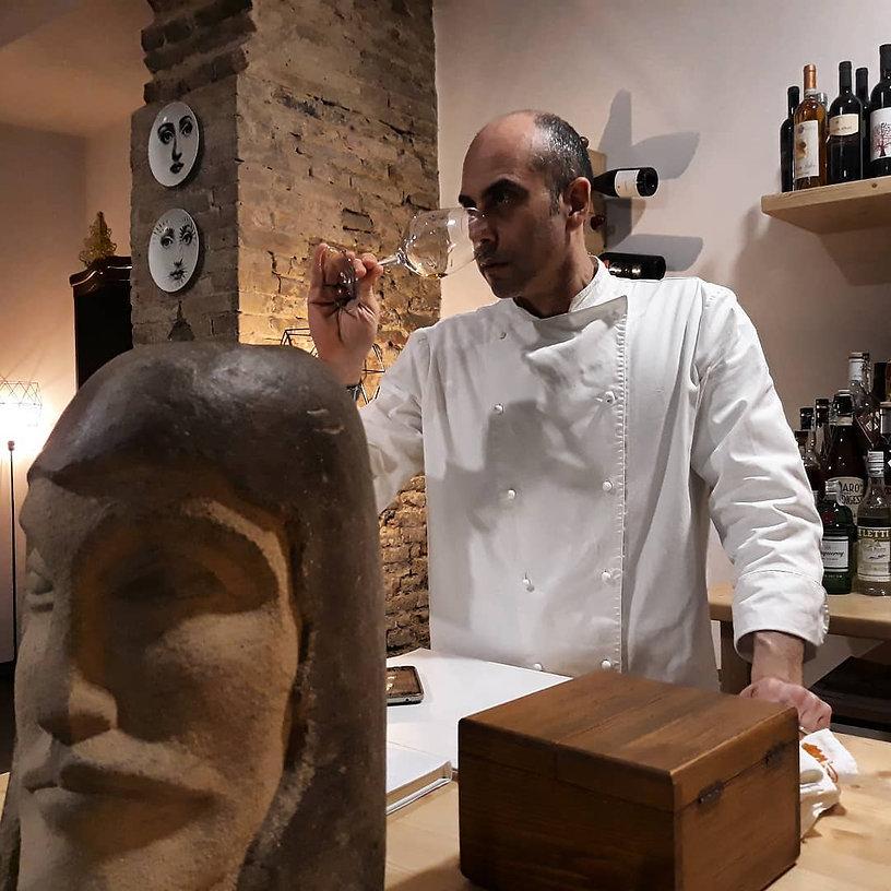 Fabio Brigandi  degusta un calice di reb
